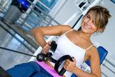 Mujer en el ejercicio de gimnasio — Foto de Stock