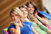 Compras mujeres sonriendo — Foto de Stock