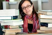 Student w bibliotece — Zdjęcie stockowe