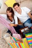 Compras casal em casa — Fotografia Stock