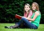 Frauen lesen im freien — Stockfoto