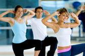De klasse van de dansaerobics in een sportschool — Stockfoto