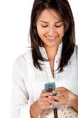 Γυναίκα γραπτών μηνυμάτων στο κινητό της — Φωτογραφία Αρχείου
