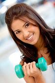 Vrouw vrije gewichten op te heffen — Stockfoto