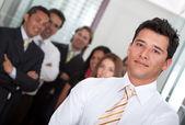 Geschäftsmann mit einer Gruppe — Stockfoto