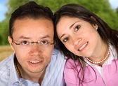 Couple dans le parc — Photo
