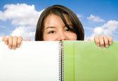 Vacker student över anteckningsboken — Stockfoto