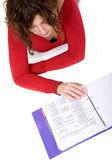 Erwachsene frau studieren auf dem boden — Stockfoto