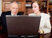 Starszy kilka firm na laptopa — Zdjęcie stockowe