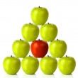 Foto Stock: Green apples on pyramid shape - be different