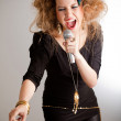 Woman singing — Stockfoto