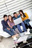 Vrienden op een laptop — Stockfoto