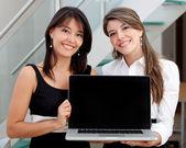 Femmes d'affaires avec un ordinateur — Photo