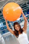 ピラティス ボールを持つ女性 — ストック写真