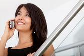 Geschäftsfrau auf dem handy — Stockfoto