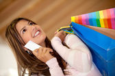 делающая покупки женщина — Стоковое фото