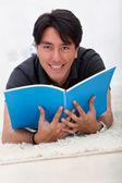 Mann liegt auf der etage-lesung — Stockfoto