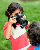 Garçon jouant avec un appareil photo — Photo