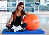 Mujer con una pelota de pilates — Foto de Stock
