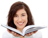 Mujer sosteniendo un libro — Foto de Stock