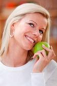 Healthy eating woman — Стоковое фото