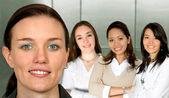 Krásné ženy a její tým — Stock fotografie