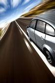 Snelle auto op een weg — Stockfoto