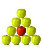 绿色金字塔形状上的苹果-不同 — 图库照片