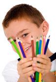 šťastný chlapec s barevné tužky — Stock fotografie