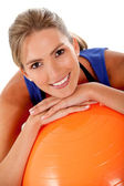 Femme avec ballon de pilates — Photo