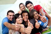 Estudiantes con los pulgares para arriba — Foto de Stock