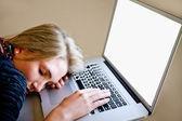 спящая на ноутбук — Стоковое фото