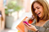 Compras enviando mensajes de mujer — Foto de Stock