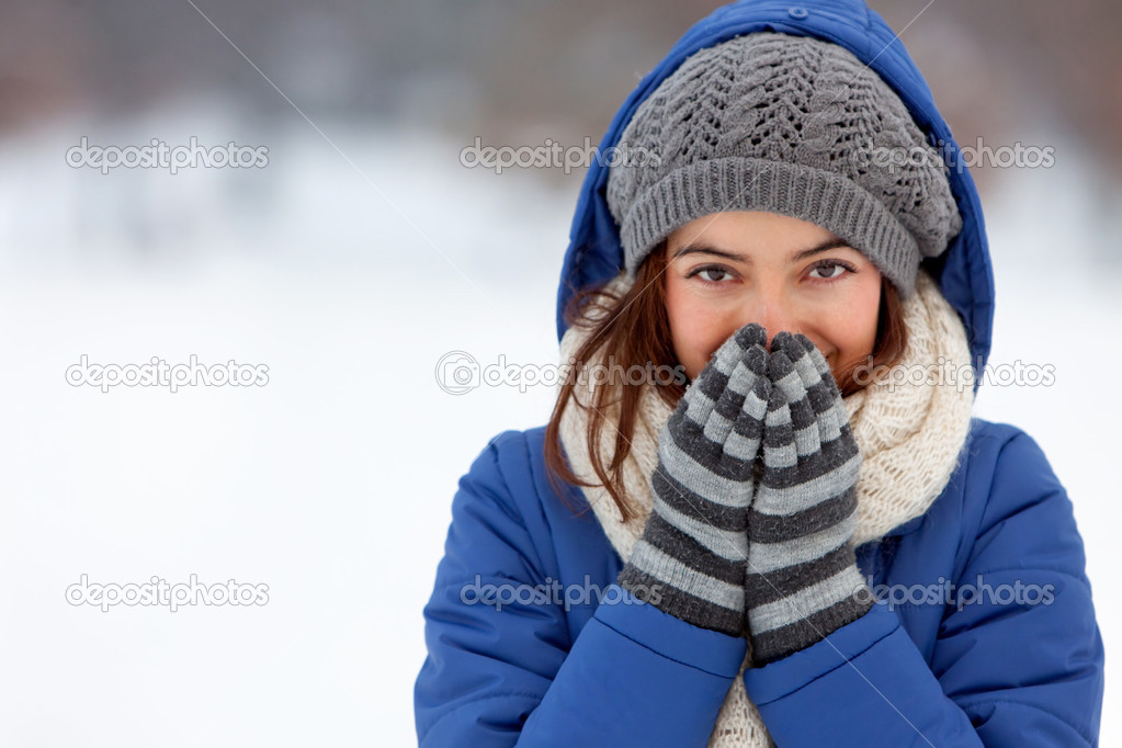 Portrait of a woman feeling cold in winter Ð outdoors — Stock Photo #7753526
