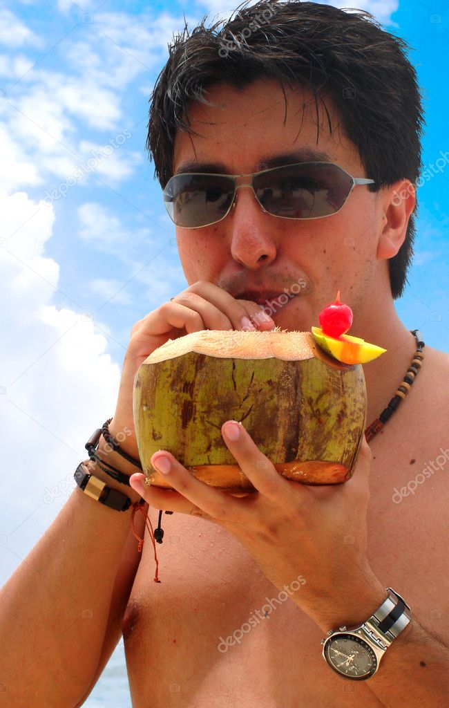 Guy enjoying a cocktail at the beach on a sunny day — Stock Photo #7754090