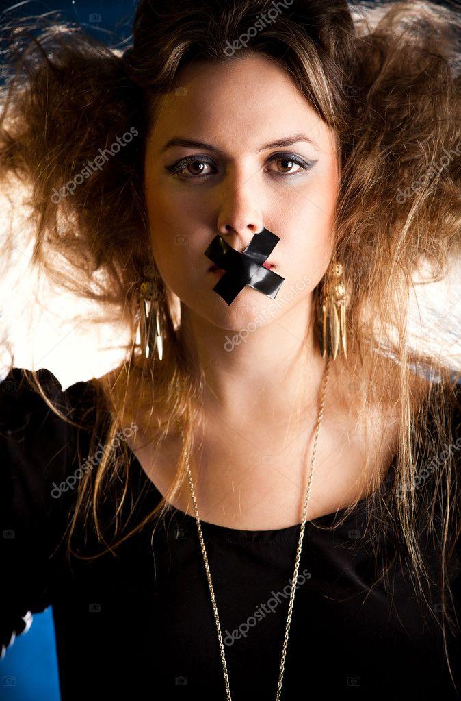 фото связанных девушек заклеенным ртом