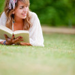 Woman outdoors reading — Stock Photo