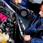 Mechanic fixing a car — Stock Photo