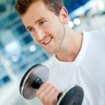 Man lifting weights — Стоковое фото