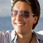 man stående med solglasögon — Stockfoto