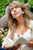 Mujer leyendo al aire libre — Foto de Stock