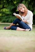 Kvinna utomhus läser — Stockfoto