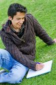 Man studerar utomhus — Stockfoto