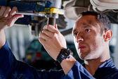 Mecânico em uma garagem — Foto Stock