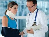 Femme blessée avec un médecin — Photo