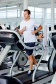 Hombre corriendo en el gimnasio — Foto de Stock