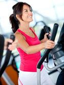 Mujer haciendo ejercicio en el gimnasio — Foto de Stock