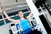 Mulher exercitando na Academia — Fotografia Stock