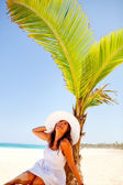 Kvinnan under en Palm — Stockfoto