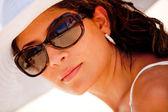 Femme avec des lunettes de soleil — Photo
